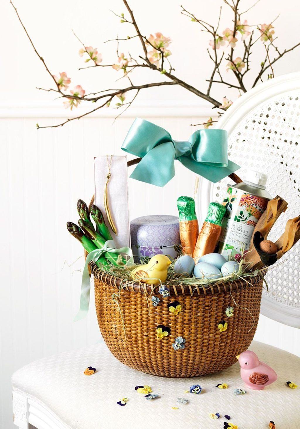 Easter basket ideas arranged with chic decoration ideal and affordable for Spring celebration Image 40