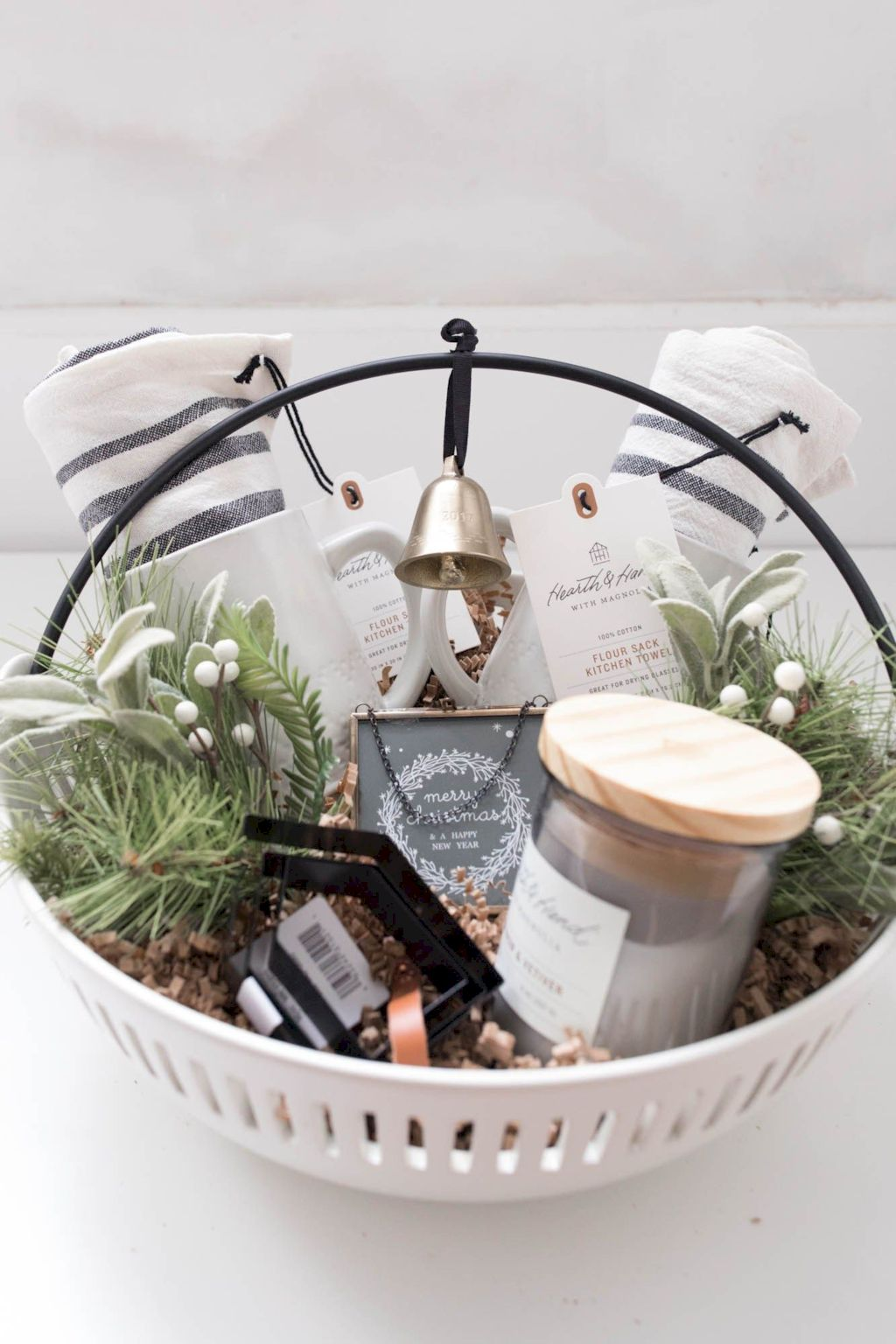 Easter basket ideas arranged with chic decoration ideal and affordable for Spring celebration Image 48