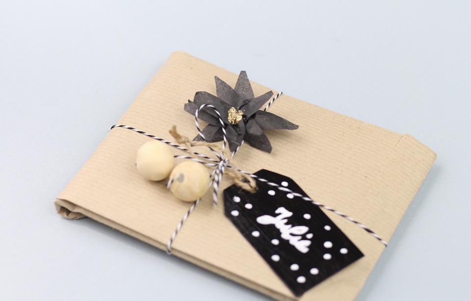 un paquet cadeau fleuri pour no l diy shake my blog