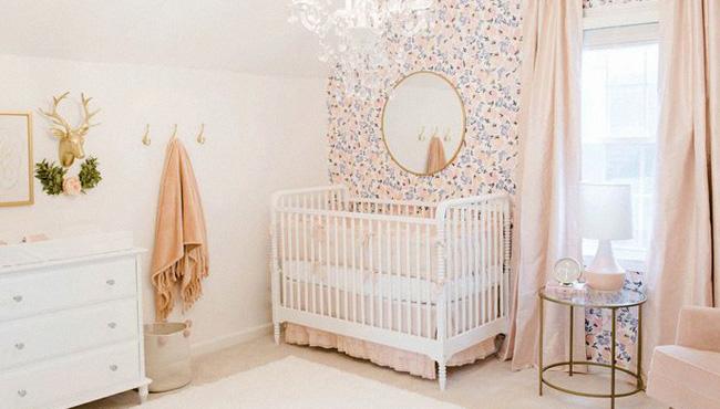 une deco rose dans la chambre de bebe