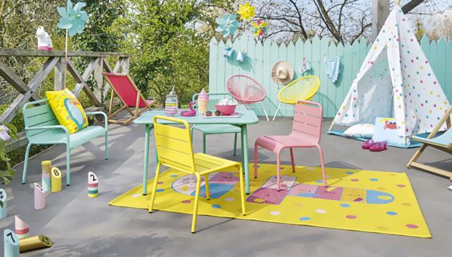 un salon de jardin en metal colore pour