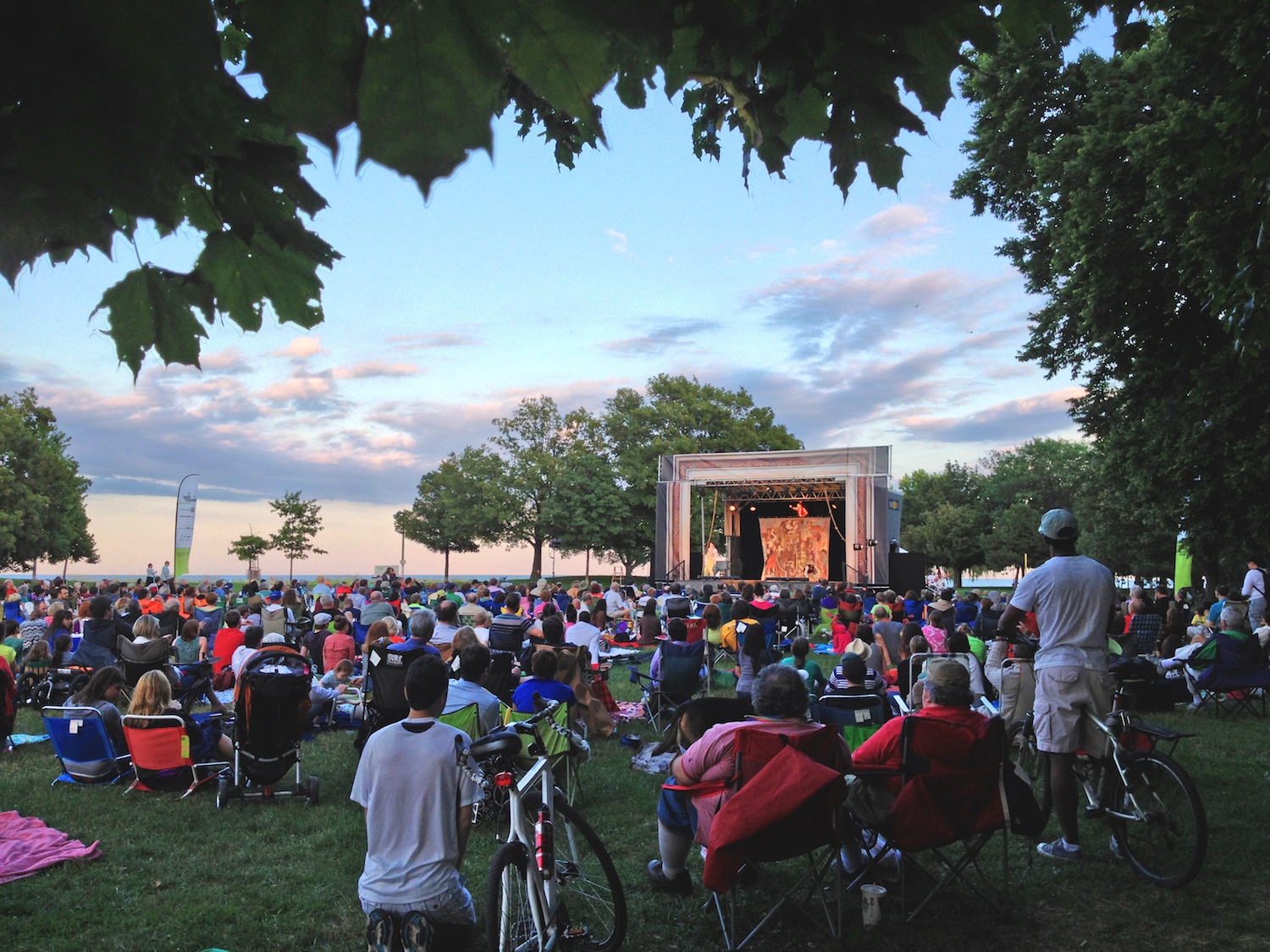 Chicago Shakespeare in the Parks, free 75-minute family-friendly production of Twelfth Night to neighborhood parks throughout the city. Part of Shakespeare 400 Chicago, July 14–August 14, 2016. (Pictured: Loyola Park). Photo by Julie Stanton.