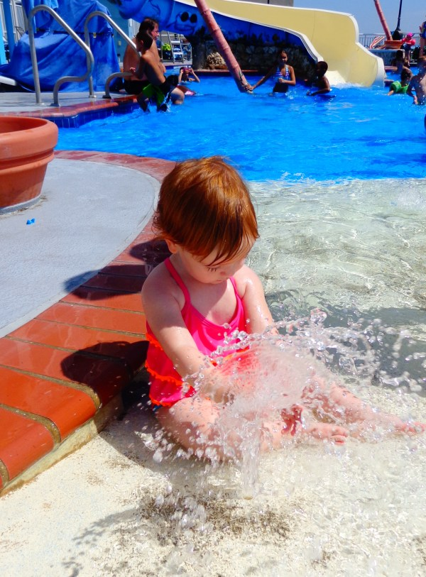 Fiona sitting in the pool in #OCMD on shalavee.com