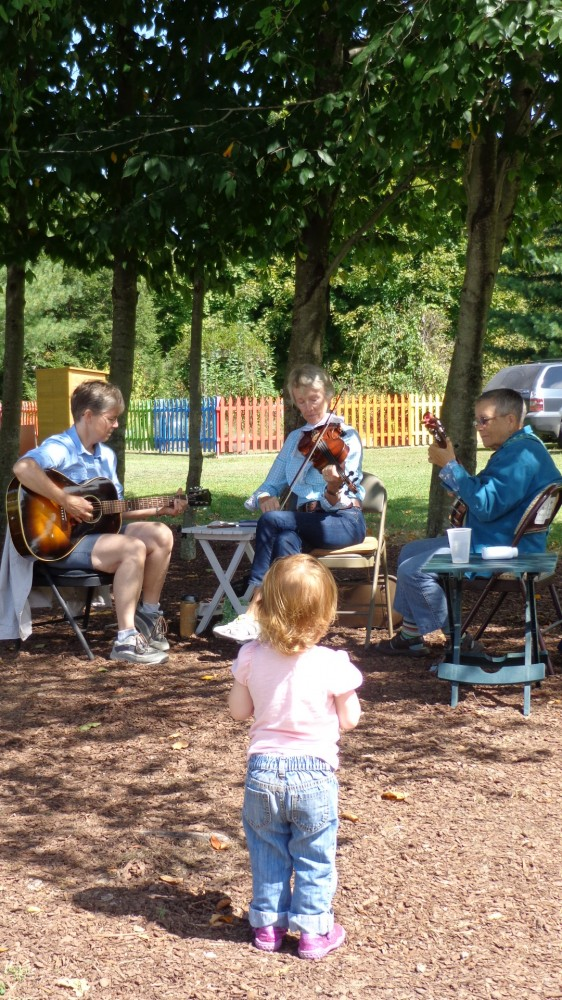 Digging on some Bluegrass and Folk tunes from three fine women musicians at the Adkins Arboretum on Shlavee.com