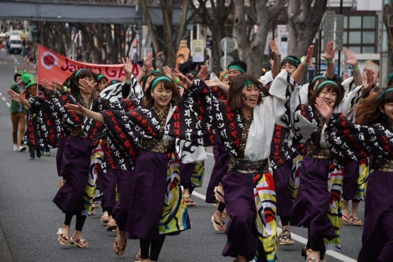 А вот эти танцующие на втором круге танцев на улице стёрли свои деревянные сандалии гэта почти до основания.