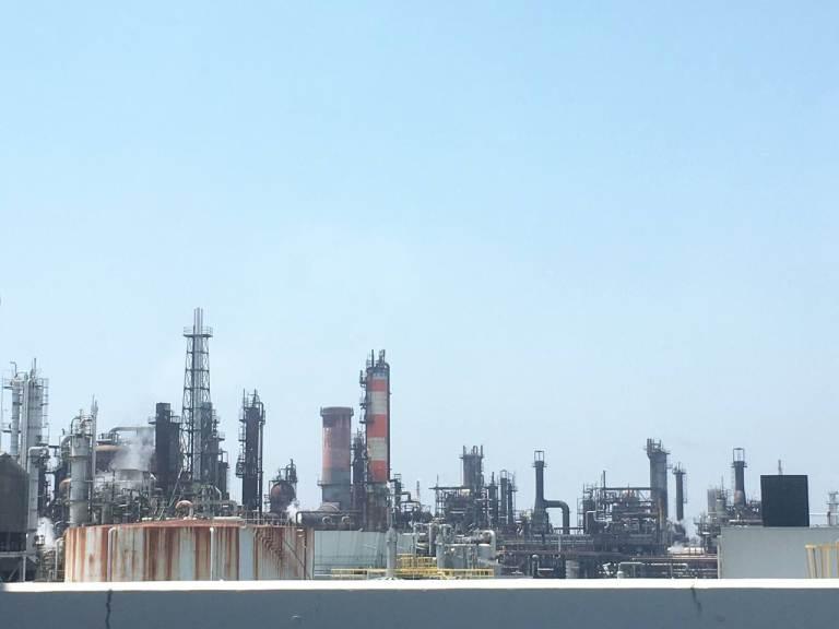 При заезде на Аквалайн открывается прекрасный вид на заводы Кавасаки.