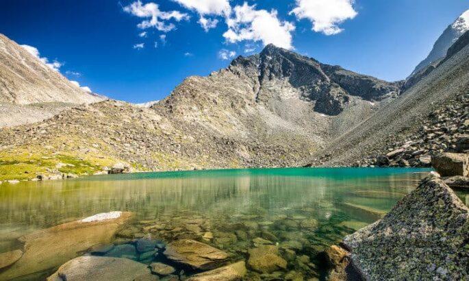 Алтай. Кристальной чистоты горное озеро