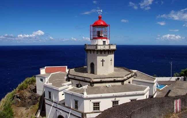 На высоком каменном пьедестале застыл маяк