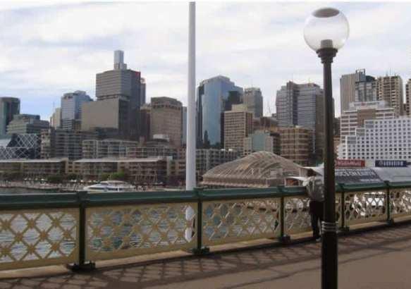 Вид на Сидней с пешеходного моста Дарлинг-Харбор.