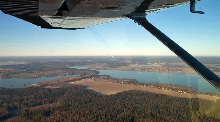 Из кабины маленького самолетика открывается захватывающий вид. Это и есть авиационный туризм.