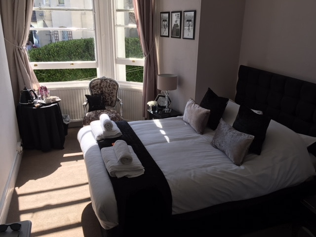Oscars Lodge Room Torquay - Dog Friendly Hotel in the UK