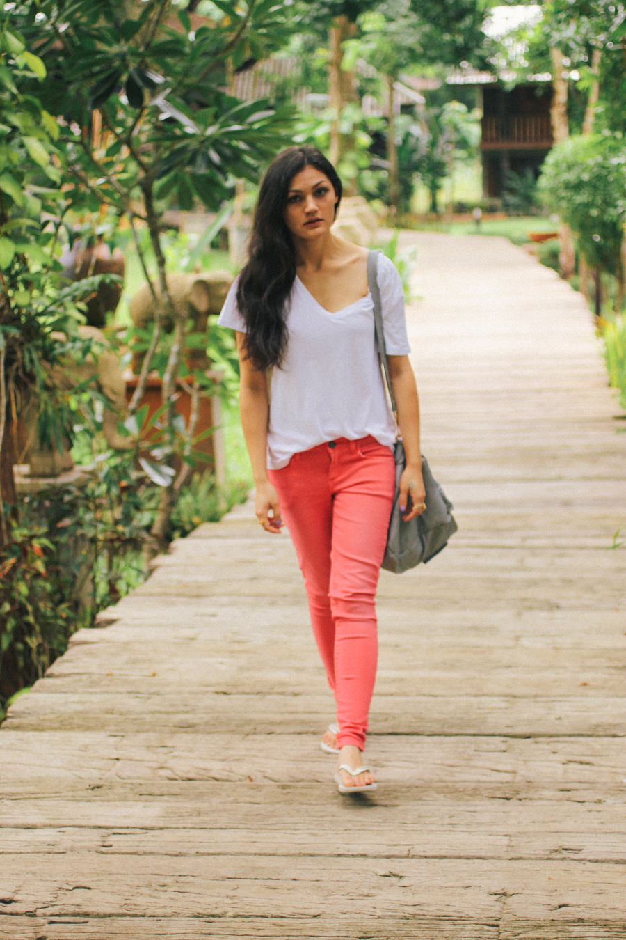 Pink skinny jeans with white tee outfit.