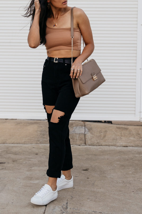 Mom jeans and crop top outfit.