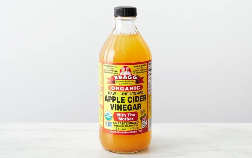 Fles Braggs appelasyn op 'n tafel