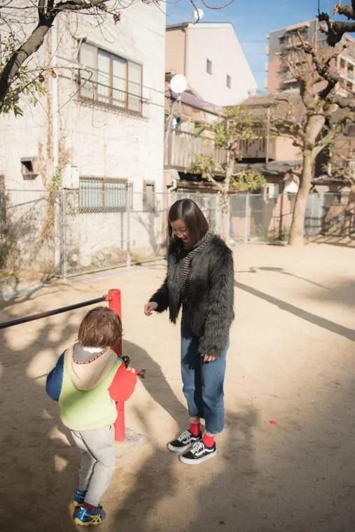 公園で遊ぶ虹帆さんと男の子