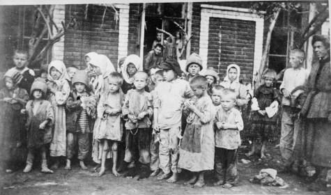 Grupo de niños con necesidad de ropa y alimentos (Biblioteca del Congreso)