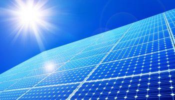 Sol brillando en paneles solares (Shutterstock)