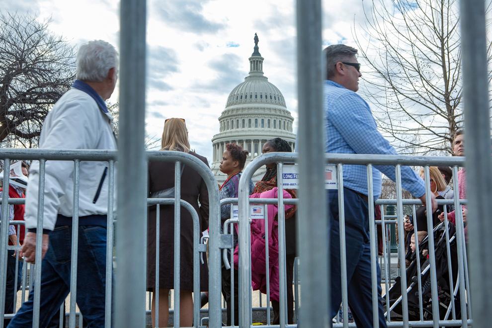 Personas en fila a lo largo de vallas en Capitol Hill (Depto. de Estado/D.A. Peterson)