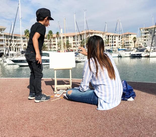 亞歷媽帶亞歷到海邊畫畫