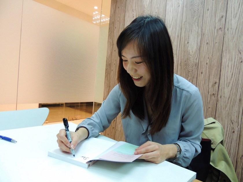 林沂萱為新書簽名,將贈送給女子學讀者