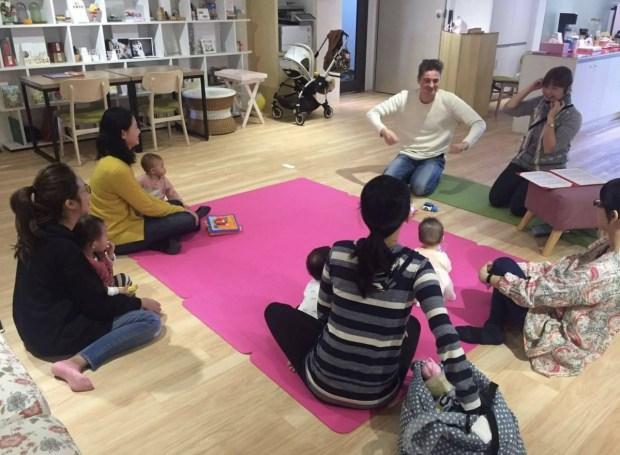 新手爸媽和小布分享自己的寶寶學習成果,讓小布非常有成就感。