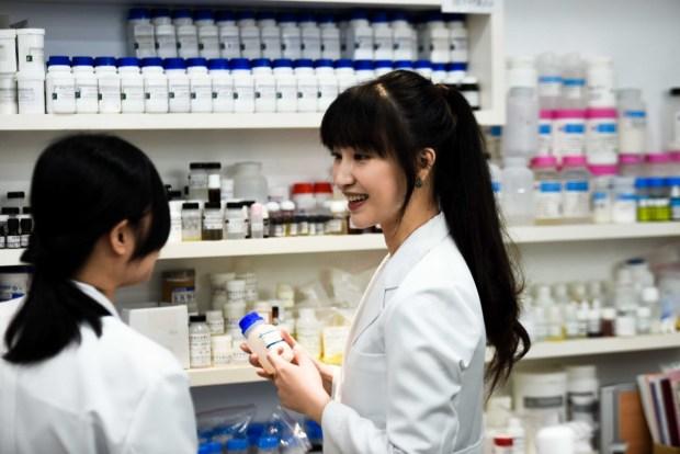 Cynthia和研發同事在公司實驗室中討論配方
