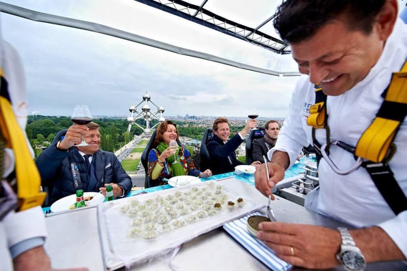 每個人身上都得牢牢繫緊安全帶,當然廚師也不例外(圖片來源:Dinner in the Sky)