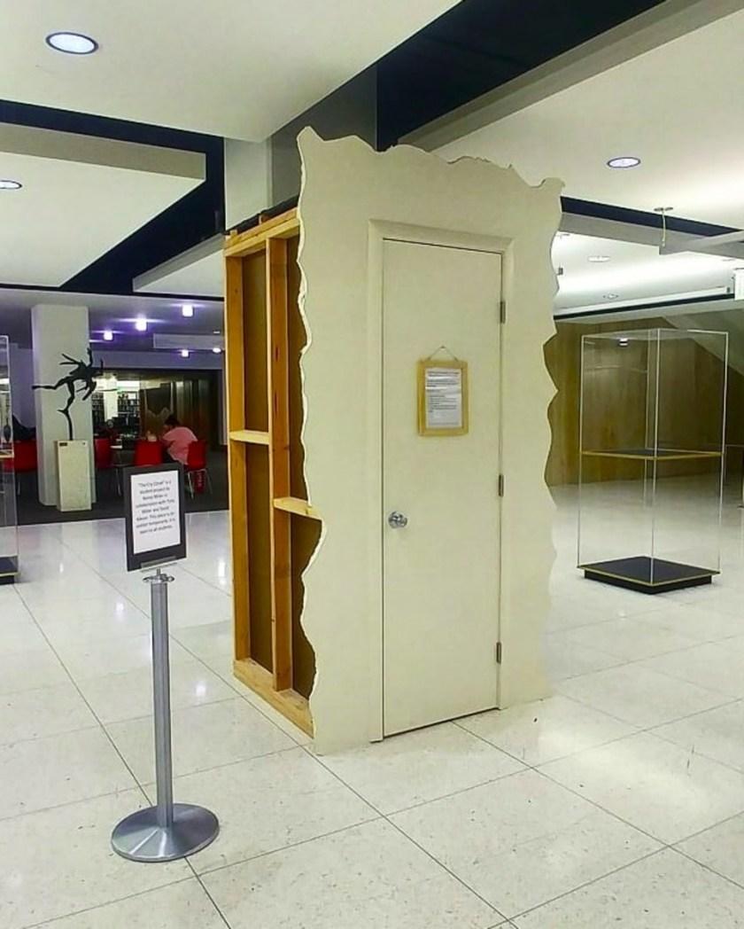 美國猶他州大學擺設「哭泣衣櫃」,鼓勵學生再多壓力,亦要適時整理自己情緒。(aJackieLarsen / Twitter)