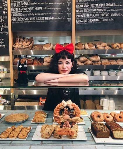 古靈精怪的德國女孩 Madelynn 很喜歡日本文化 ,有張精緻的臉蛋和浪漫短捲髮。