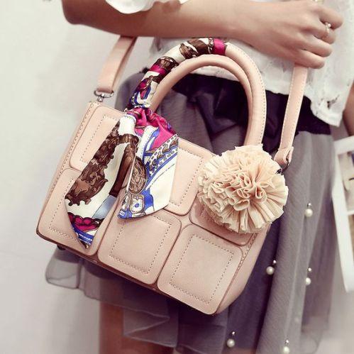 時尚來自於創意,一條絲巾便能妝點妳的手提包。