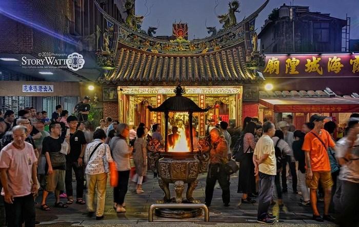 台北霞海城隍廟長久以來被公認為相當靈驗的月老廟,不只台灣人愛拜,更有不少國外觀光客會特別到此來求好姻緣,被核定為三級古蹟的城隍廟。