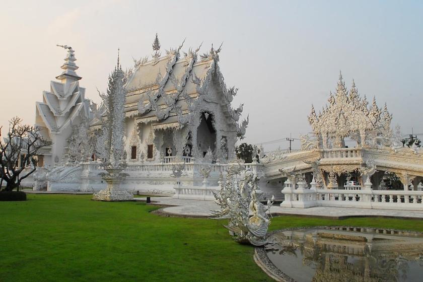 泰國最北的清萊府,這裡孕育了一座有如神仙住的華麗寺廟─白龍寺。