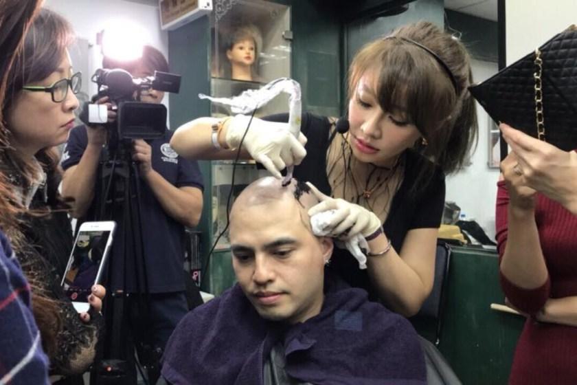 經由模特兒的親自示範,讓消費者明確地了解了魔術真髮的原理和操作方式。