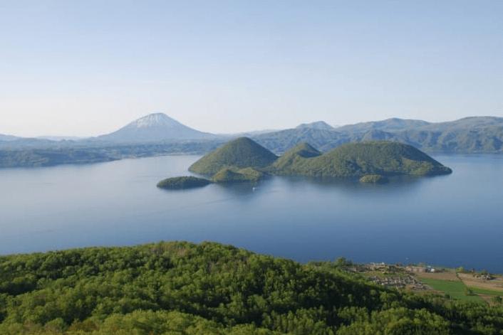 北海道的洞爺湖溫泉也是熱門的日本溫泉,這裡的溫泉量豐富,區域內的飯店、旅館是北海道最多的地方!