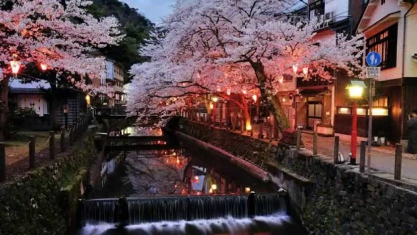 城崎溫泉位於關西兵庫縣北部,距離京都或大阪約兩到三小時電車車程。