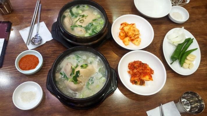 百年土種蔘雞湯是首爾老字號的的蔘雞湯連鎖店,在首爾分店很多,比較有名氣的是位在弘大的本店及北村的分店。