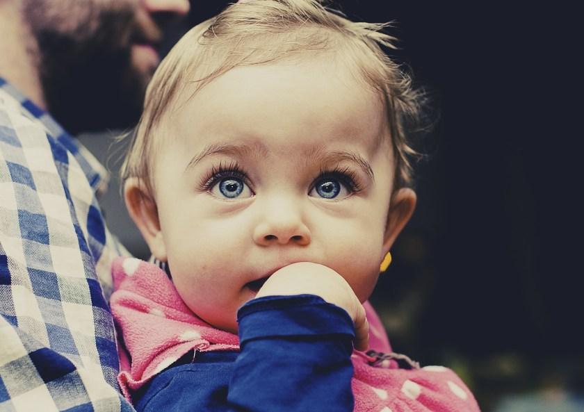 若眉間、頭皮上出現一塊塊看起來像是結痂、脫屑的現象多半是脂漏性皮膚炎。其實,這個症狀多半是因為嬰幼兒的荷爾蒙和身體上的菌種尚未完全平衡,通常過了 3 個月後會自動痊癒