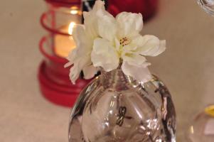 A flor confere delicadeza. Pode ser natural ou artificial.