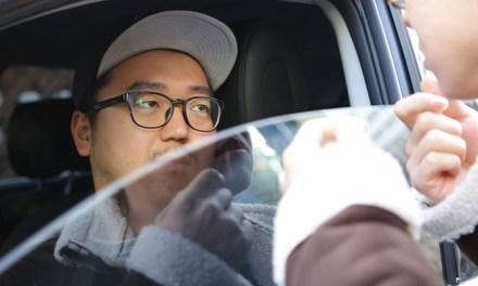 자동차 창문 거울로 쓰는데 안에 사람이 있을 때 대처법
