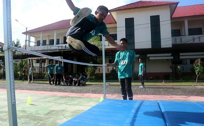 Teknik Lompat Tinggi Gaya Gunting