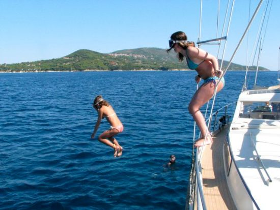 Leonie and Marie jumping off the boat