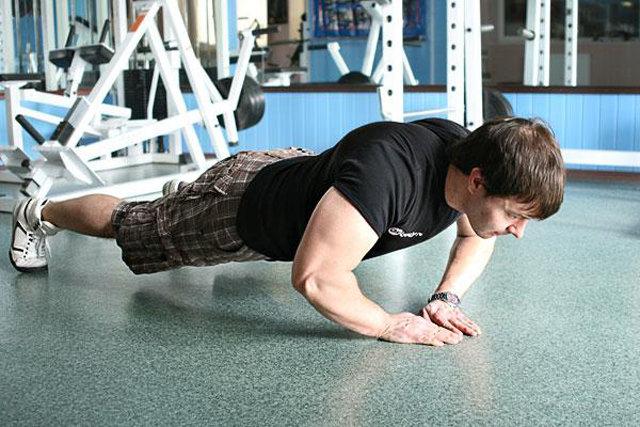 flexões do chão que os músculos são balançando