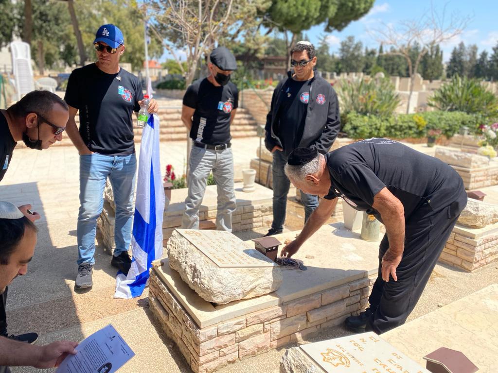 דניס הנובר וחברי דניס השרדות בעליה לקברים ביום הזיכרון
