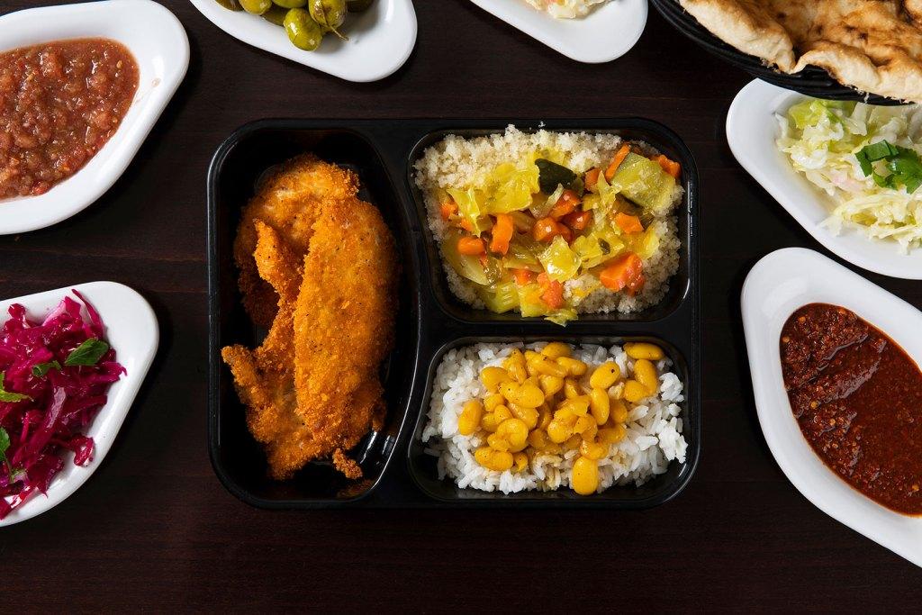 צארום הרצליה - שניצל עוף, אורז, שעועית וסלטים