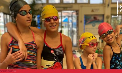 משפחת קיסוס טריאתלון עם כובעי ים בבריכה