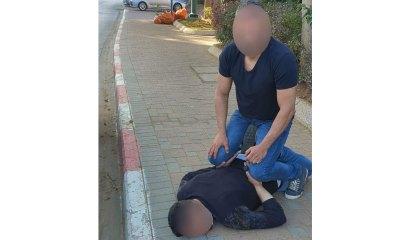מעצר אזרחי. התושב מרתק את החשוד הפלסטיני למדרכה