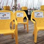 כסאות צהובים במרינה הרצליה