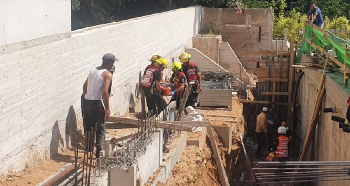 פועל נפצע באתר בנייה בכפר שמריהו