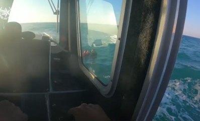 שוטרי סיור ים מחלצים ילד בן 10 עם מצופים שנסחף ללב ים. שוטר קופץ למשות אותו. 05.10.2021