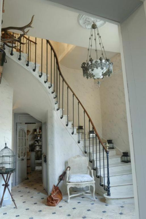 my-french-country-home-house-for-sale- Escalier entrée